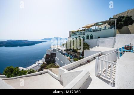 Ville de Thira, Fira Santorini, Cyclades, Grèce. Belle vue sur la ville avec des bâtiments blancs, les toits de Banque D'Images