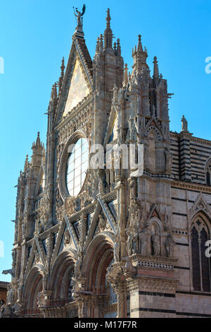 La Cathédrale de Sienne (Duomo di Siena) façade principale, achevée en 1380. Sienne est l'italien ville médiévale, Banque D'Images