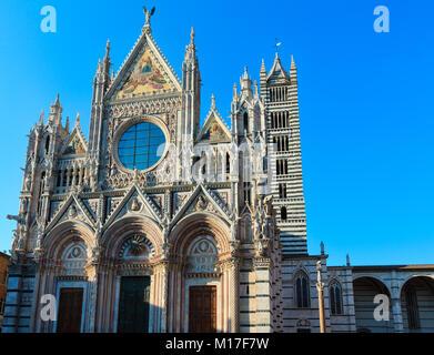La Cathédrale (Duomo), façade principale achevée en 1380. Sienne est l'italien ville médiévale, capitale de la province Banque D'Images