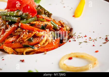 Style asiatique Nouilles au poulet et légumes Banque D'Images