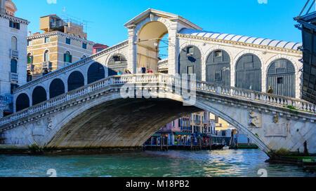 Le pont du Rialto reliant San Marco et San Polo, Venise, Italie 2015.Le Pont du Rialto est le plus ancien des quatre Banque D'Images