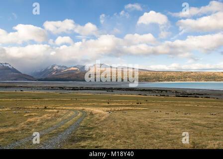 La vallée de la rivière Tasman à la recherche vers le Lac Pukaki dans l'extrême horizon, Nouvelle Zélande