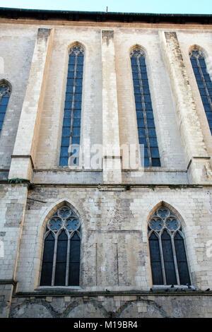 La façade latérale de l'église Santa Chiara, avec ses fenêtres gothiques, Naples , Italie Banque D'Images