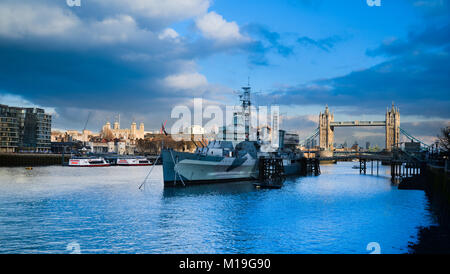 Le HMS Belfast dans le bassin de Londres au-dessus du Tower Bridge Banque D'Images