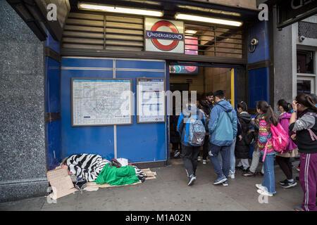Londres, Royaume-Uni. 28 janvier, 2018. Un sommeil léger pendant la journée à l'extérieur de la station de métro Leicester Square. Crédit: Guy Josse/Alamy Live News