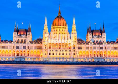 Budapest, Hongrie. Image Twilight de bâtiment du parlement hongrois sur le Danube. Banque D'Images