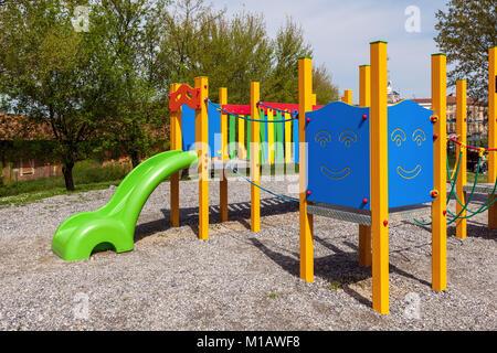 Enfants aire de jeux colorée en parc urbain.