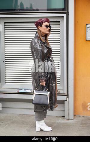 fa1ec2688092 ... MILAN - janvier 15   Femme avec imperméable gris transparent et blanc  bottes avant de Giorgio