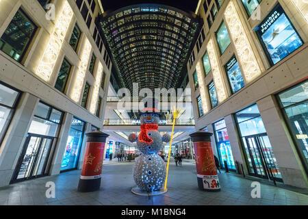 """BERLIN - Le 18 décembre 2017: Le centre commercial """"tous de Berlin à la Leipziger Platz dans l'illumination de Banque D'Images"""