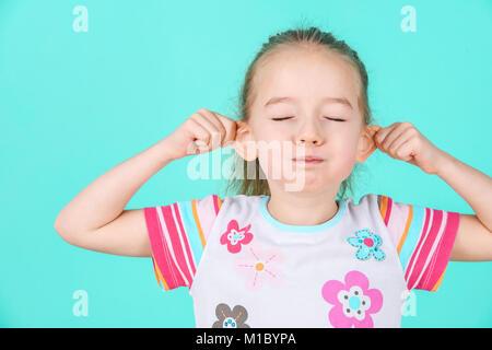 Adorable petite fille faire drôle de visage. Concept grimaçante.