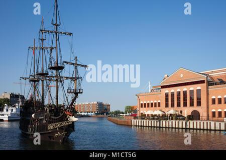 F.Chopin baltique polonaise Philharmonic et Black Pearl galion pirate ship sur la rivière Motlawa dans la ville Banque D'Images