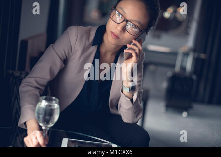 Beautiful Woman talking on mobile phone Banque D'Images
