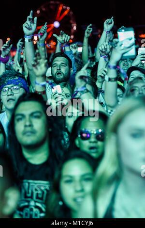Les concerts à la foule de retour de scène.