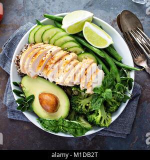 Bol déjeuner végétalien vert avec le quinoa et d'avocat Banque D'Images