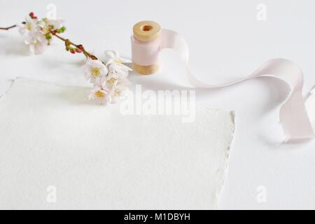 Papeterie printemps féminin lumineux immersive scène avec un papier fait à la main carte de souhaits, le tiroir Banque D'Images