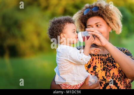 Nourrir son bébé Banque D'Images