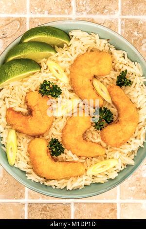 Sauté de crevettes tempura à la japonaise avec du riz dans un bol sur un plan de travail cuisine carrelée ou Contre Banque D'Images
