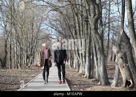 Un couple d'amis sont assis sur les marches