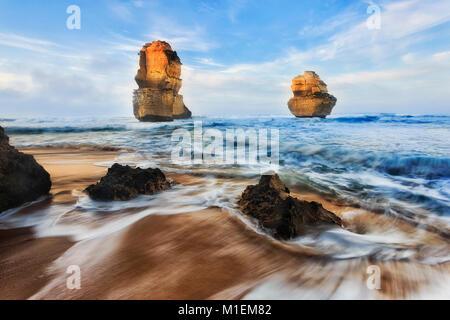 Lever du soleil sur la mer de sable sur mesures Gibson Great Ocean Road dans douze apôtres marine park, deux apôtres Banque D'Images