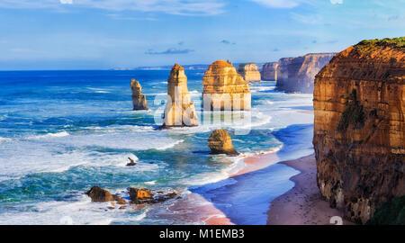 Rencontre proche de roches calcaires surnommé apôtres dans douze apôtres parc marin sur Great Ocean Road, à Victoria, Banque D'Images