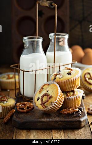 Muffins aux pépites de chocolat au lait et de bretzel sur fond de bois pour le dessert Banque D'Images