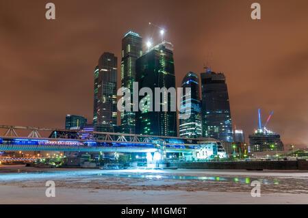 Centre d'affaires international de Moscou La ville de Moscou (Russie), en construction, la nuit, l'hiver. Banque D'Images