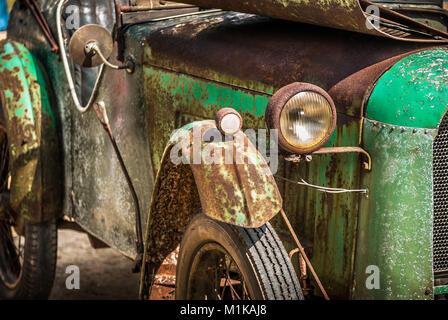 Un rusty old vintage car dans le besoin de rénovation. Banque D'Images