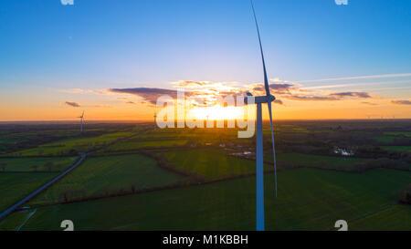 Photographie aérienne de moulins à vent au coucher du soleil à Sainte Pazanne, Loire Atlantique, France Banque D'Images
