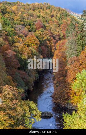 Couleurs d'automne dans le col d'Killecrankie à partir du pont de Garry près de Pitlochry, Perth et Kinross, Scotland Banque D'Images