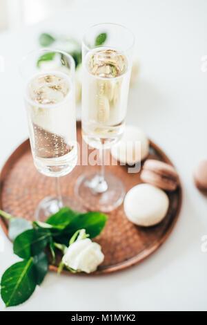 Champagne de luxe fête de mariage avec des roses blanches et macaron d Banque D'Images
