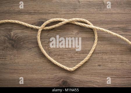 Forme de coeur faits de corde sur un fond de bois Banque D'Images