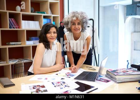 Deux femmes de créatifs à l'appareil photo Banque D'Images