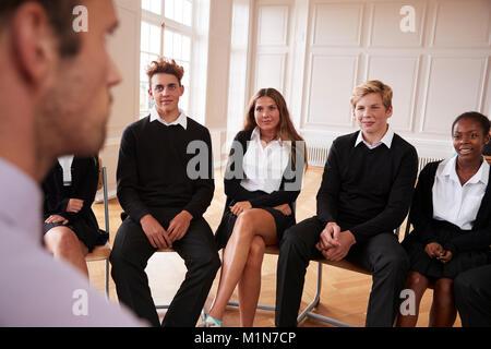 Groupe d'étudiants adolescents avoir Discussion avec tuteur Banque D'Images