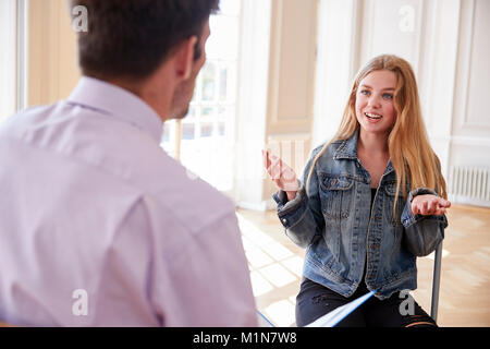 Femme Teenage Student Having Discussion avec tuteur Banque D'Images