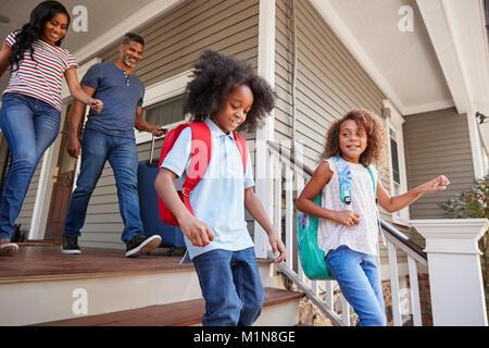 Famille avec une assurance de quitter Maison de Vacances Banque D'Images