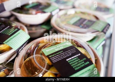 Des salades à emporter en bonne santé sur l'affichage in Coffee Shop Banque D'Images