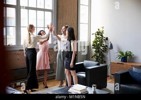 Collègues femmes cinq à la grande réunion de motivation Banque D'Images