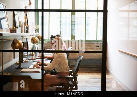 L'équipe d'affaires travaillant dans un bureau booth, Close up Banque D'Images