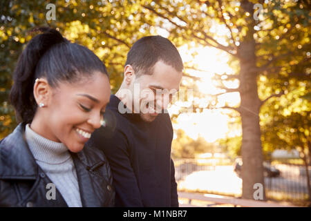 Young Hispanic couple walking in Brooklyn Park, Close up Banque D'Images