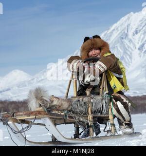 Musher Kamchatka Mandyatov Romain vêtu de vêtements nationaux, des promenades en traîneau traditionnels des peuples Banque D'Images