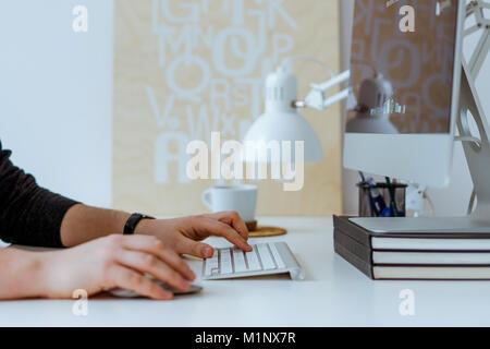 Travail de création sur ordinateur dans le bureau, alors que la consommation de café Banque D'Images