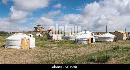 Tsorjiin Khureenii camp de GER et temple dans l'arrière-plan, au milieu de la province de Gobi, la Mongolie, l'Asie Banque D'Images