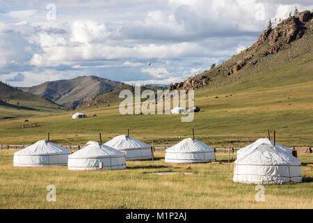 Tourist camp de ger et Khangai montagnes, Burentogtokh China, district, la Mongolie, l'Asie centrale, d'Asie Banque D'Images