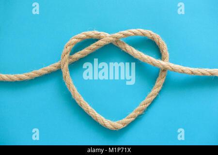 Forme de coeur faits de corde sur fond bleu Banque D'Images