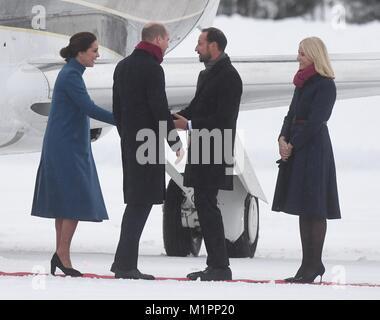 Le duc et la duchesse de Cambridge (à gauche) sont remplies par le Prince Haakon et la princesse héritière Mette Banque D'Images