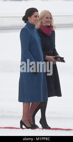 La duchesse de Cambridge (à gauche) marche avec la Princesse héritière Mette-Marit de Norvège comme elle arrive Banque D'Images