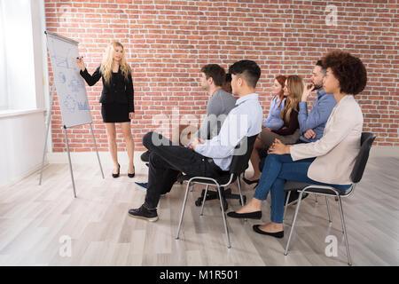 Young Businesswoman Giving presentation de son collègue de bureau Banque D'Images