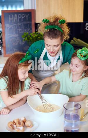 Les enfants avec fouet baking cupcakes cuisine à Banque D'Images