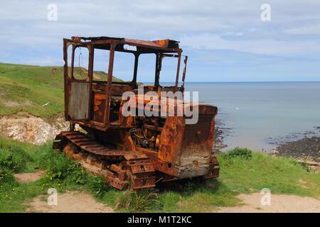 Un tracteur est laissés à pourrir au North Landing à flamborough . Cette machine est populaire auprès des touristes Banque D'Images