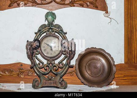 Ancienne cheminée ancienne horloge et plaque de bronze closeup Banque D'Images
